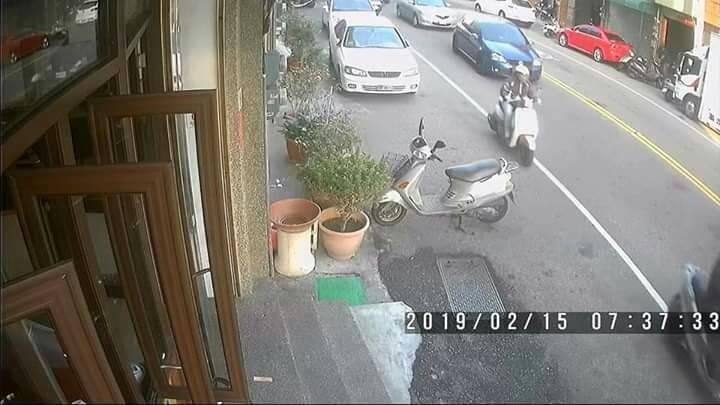 警方調閱監視器畫面,發現吳女在沙鹿騎機車身影。(記者張軒哲翻攝)