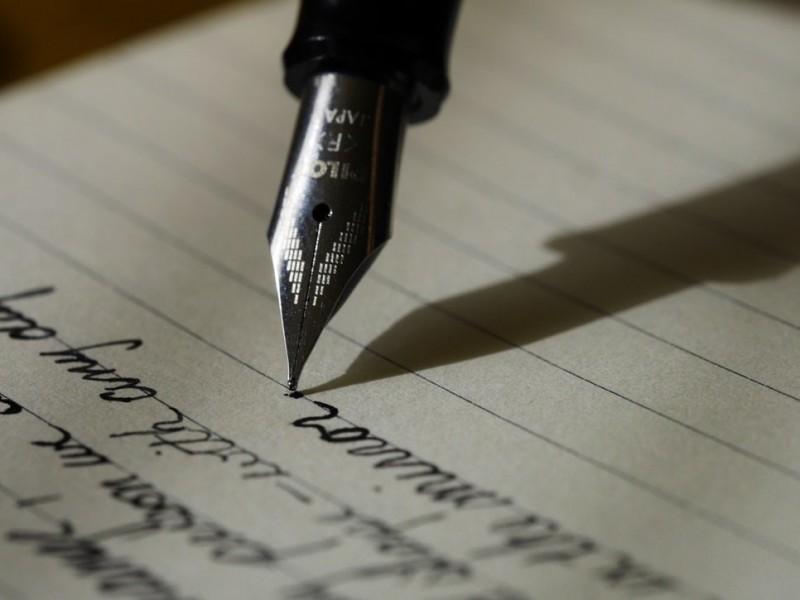 文字有力量,手寫有溫度。(取自線上免費圖庫Unsplash)