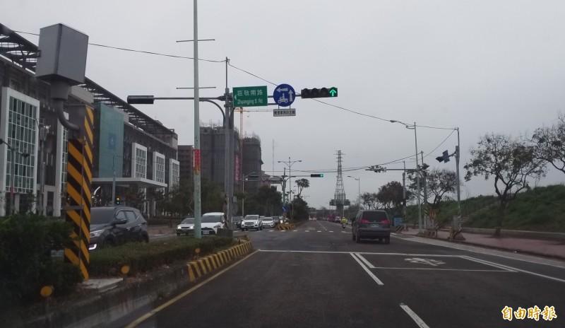 新竹縣境內測速桿取締交通違規的統計件數出爐,竹北市去年3月才新設的興隆路與莊敬南路口,以破兩萬件摘冠,統計件數是包含該路口周邊路段、不定時的移動式人力取締。(記者廖雪茹攝)