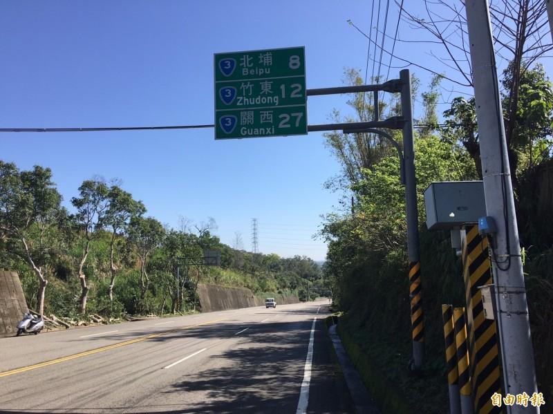 新竹縣政府警察局統計分析,台3線假日常見汽、機車競速,台3線91.2公里峨眉鄉富興路段的固定式測速桿,過去幾年曾封為測速王。(記者廖雪茹攝)
