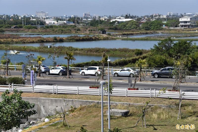 整排汽車違停在環灣道路上,警方報前往處理(記者葉永騫攝)
