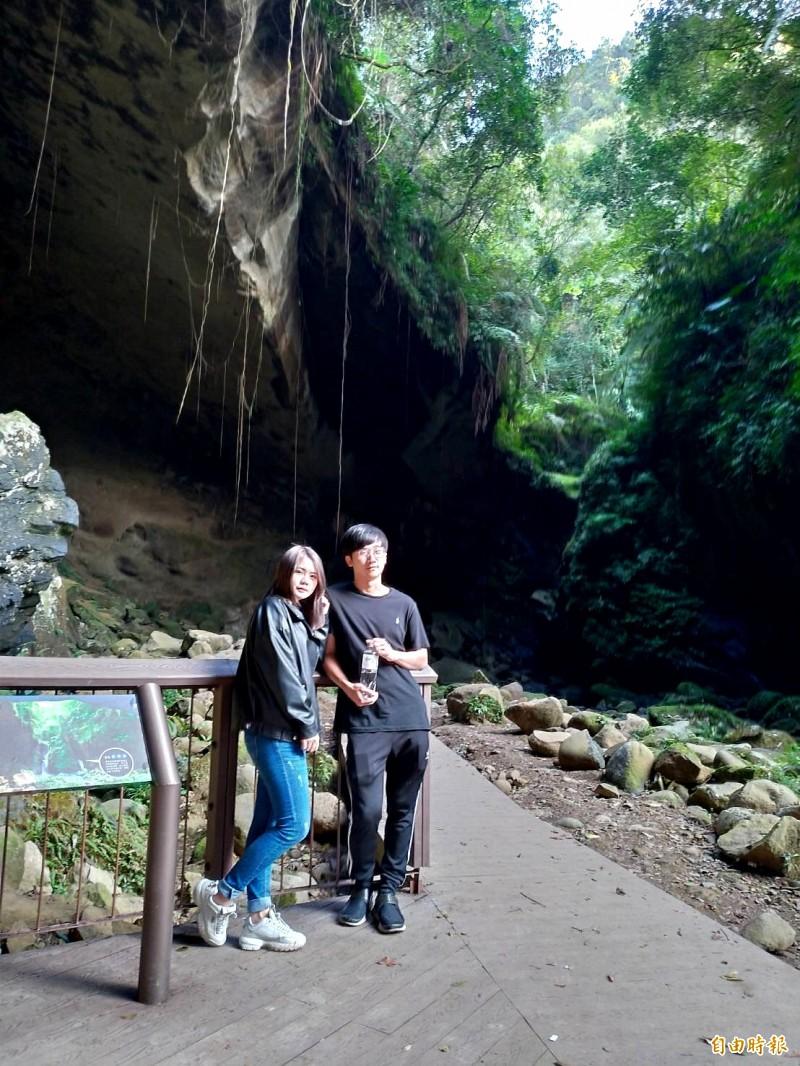 「蝙蝠洞」是一個天然形成的大岩洞,天然的彎月洞穴和清澈的溪流,吸引眾多遊客造訪。(記者李容萍攝)