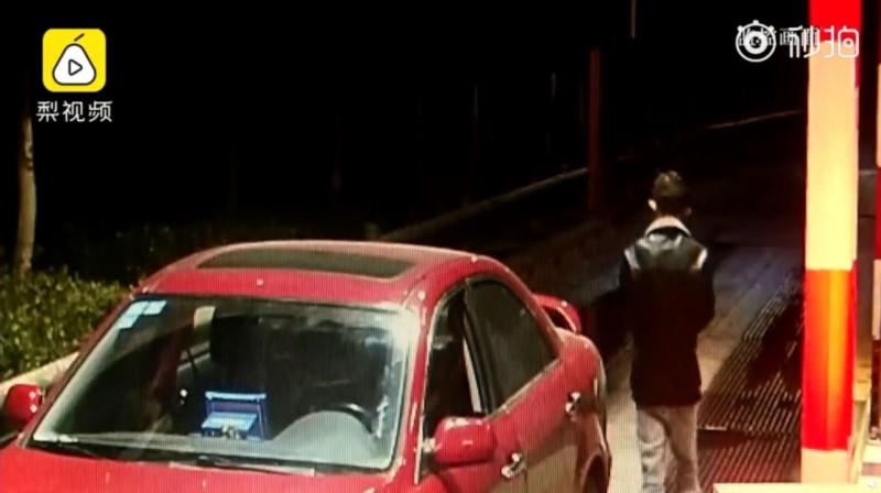 涉嫌擄人的男駕駛(黑衣者)見事跡敗露後,隨即也棄車逃逸。(圖擷取自《梨視頻》)