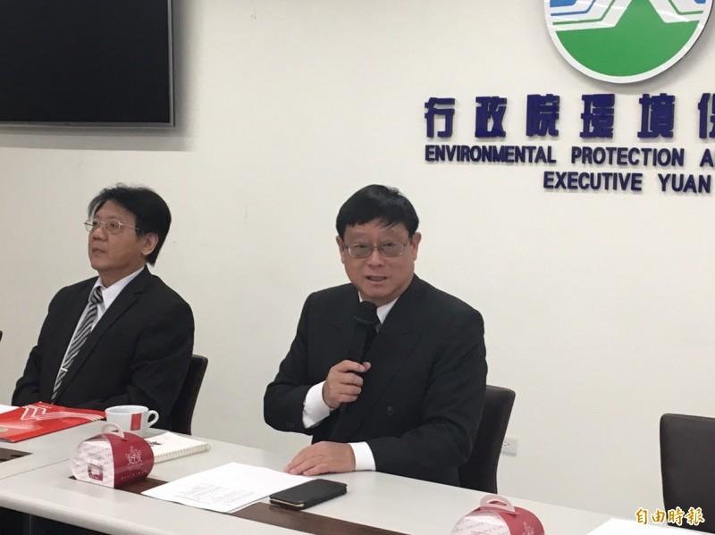 環保署長張子敬(右)今天重申,環保署討論的是「髒車」,不是「老車」,未來政策將有兩大調整。(資料照)
