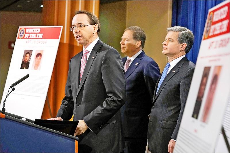 美國司法部副部長羅森史坦(左)去年十二月指控,中國男子朱華和張士龍替中國國家安全部支持的中國駭客團體APT10工作,竊取美國等多國的政府和企業資料,美方將予以起訴。(法新社檔案照)