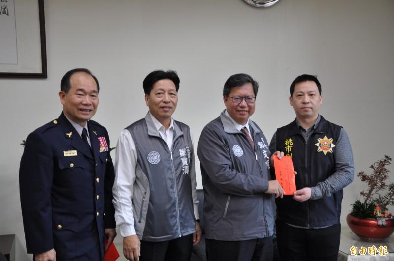 桃園市長鄭文燦(右二)慰勉偵破越南籍移工鬥毆傷亡案件的有功員警。(記者周敏鴻攝)