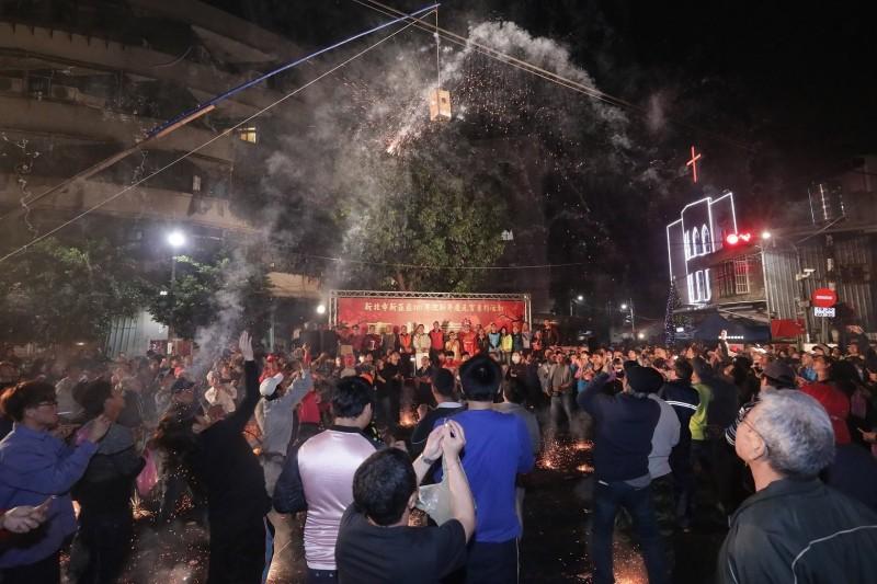 新莊區公所今年舉辦的元宵踩街,將延續去年全台獨有的「轟炮臺」活動。(圖擷自新莊區公所臉書)