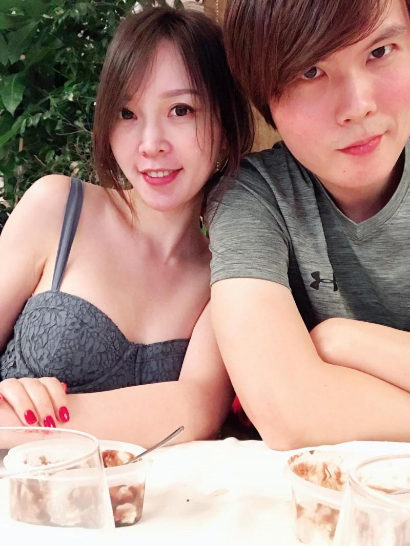 火辣美女復健師劉必涵(左)讓男網友看了想做復健,這位性感美女醫師已經結婚,老公是鼓山分局警務員林東徵(右)。(取自林東徵FB)
