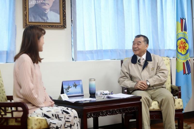 退輔會主委邱國正接受快問快答挑戰。(圖:國防部青年日報提供)。