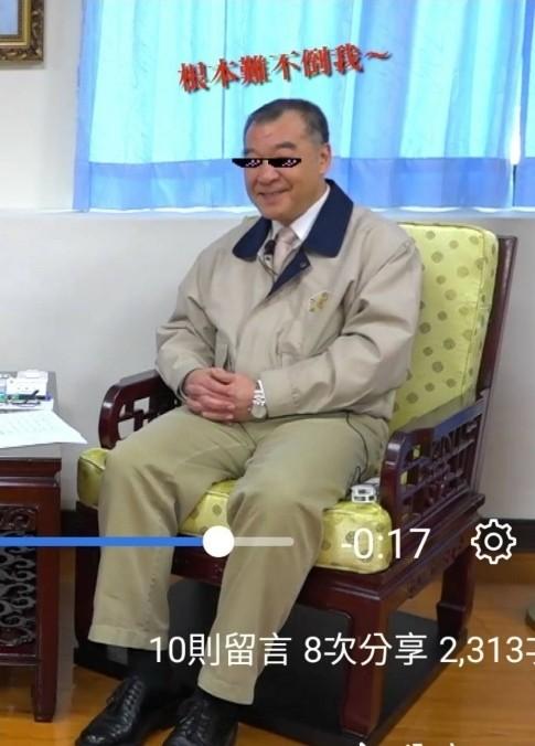 青年日報在影片中,以效果為邱國正戴上墨鏡,直稱「難不倒我」。(圖:取自青年日報臉書專頁影片)。