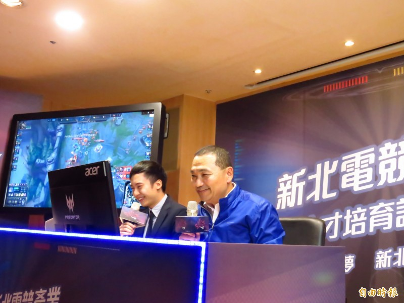 新北市長侯友宜與Garena主播KH一同播報遊戲賽事,宣布今年將開設3大類免費電競學程,培育電競人才。(記者陳心瑜攝)