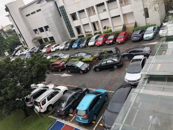 宜蘭國小停車場遭到教研中心開會的人員亂停車,引發國小老師反彈。(民眾提供)(記者林敬倫攝)