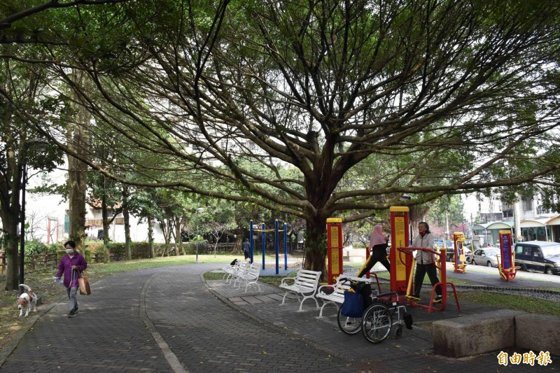 中壢莒光公園地磚平坦,而且有很多遊戲、健身設施。(記者李容萍攝)
