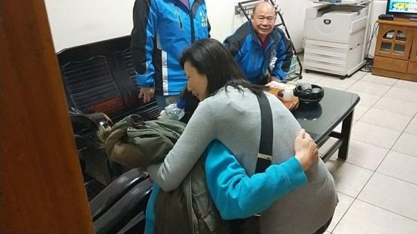 失蹤女老師被尋獲,親友開心擁抱。(記者彭健禮翻攝)