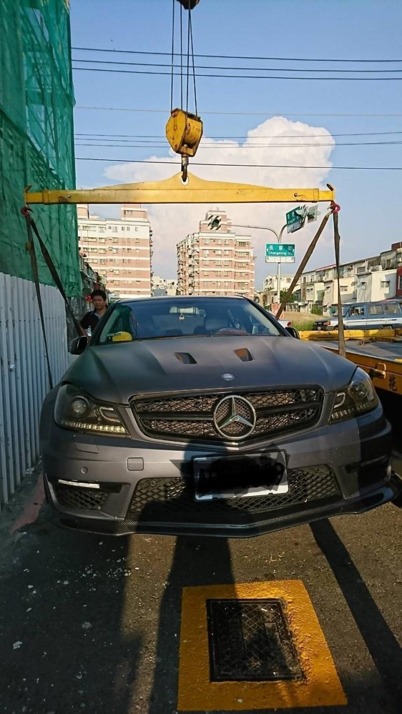 橫桿加布條吊掛方式拖救車,較不易造成車輛損壞。(圖:高公局提供)