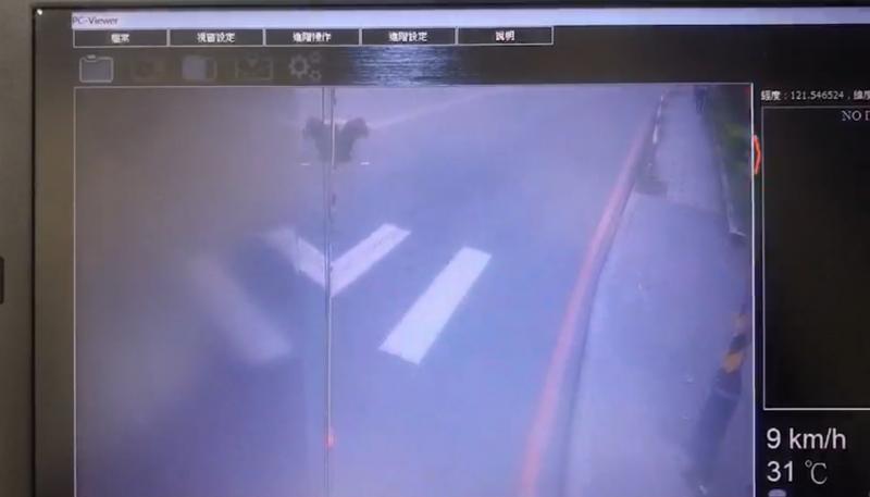 張女遭公車碰撞後倒地,然後被捲入輪下。(記者陳恩惠翻攝)