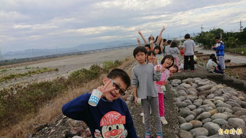 烏日溪尾國小為學生舉辦「堤防馬拉松、單車兩鐵賽」,孩子上了堤防慢跑,讓孩子了解烏溪生態。(記者蘇金鳳攝)