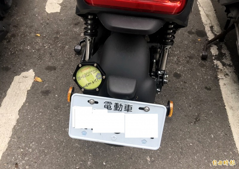 3月1日起,車牌有「電動車」字樣,就能在台中市免費停車。(記者張菁雅攝)