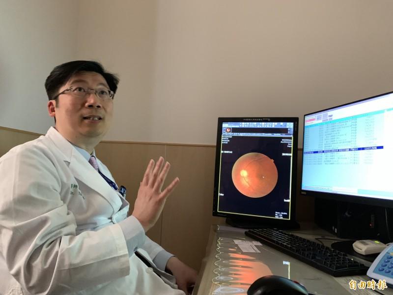 中國附醫眼科部主任蔡宜佑指眼底檢查經AI判讀,即早發現糖尿病視網膜病變,如同資深眼科醫師。(記者蔡淑媛攝)
