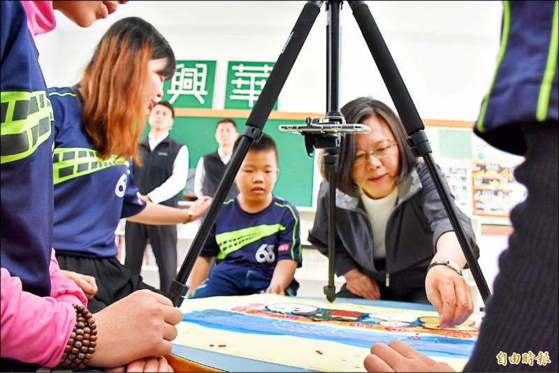 總統蔡英文(右)與小朋友一起創作動畫。(記者林國賢攝)