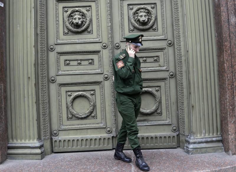 俄羅斯下議院19日通過新法案,全面禁止俄軍執勤時使用智慧型手機。(美聯社)