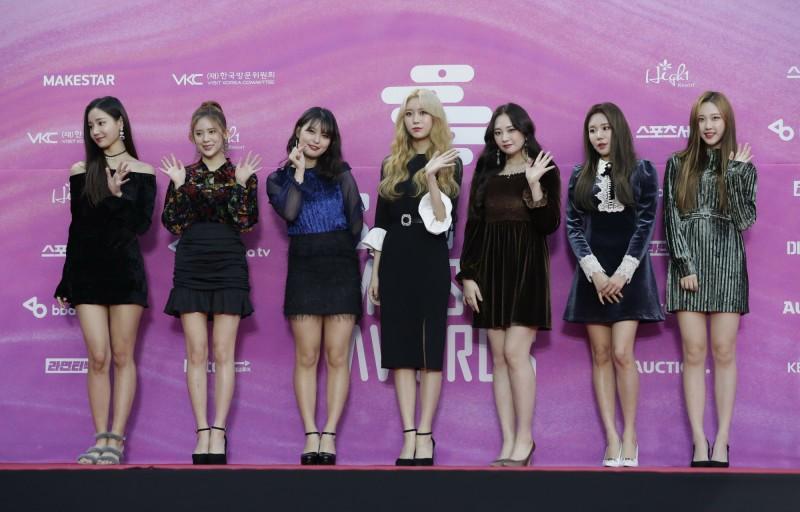 南韓女性家族部日前公布一份指南,建議限制電視節目上「相似外貌藝人」的數量。圖為南韓知名女團MOMOLAND。(美聯社)