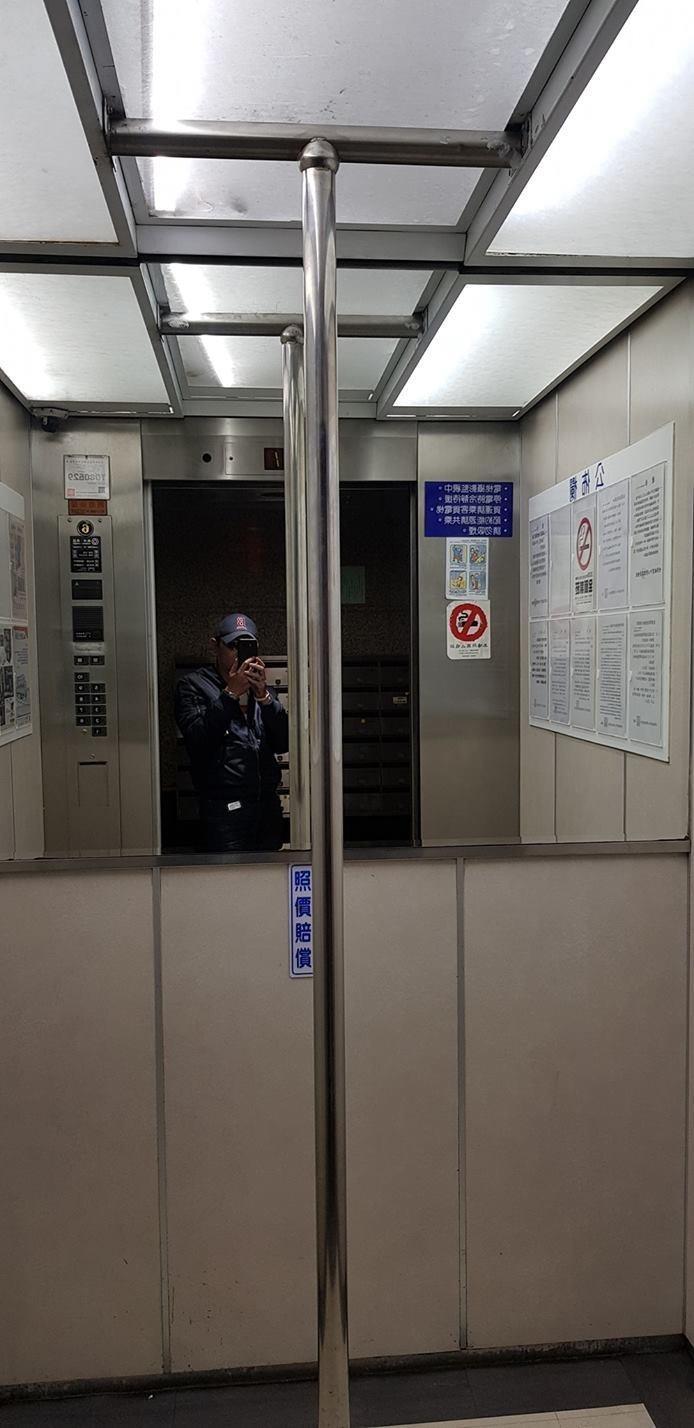 有網友搭電梯時,赫然發現裡面竟然佇立著鋼管,一頭霧水地拍下照片詢問其他網友。(圖擷取自臉書社團「爆怨公社」)