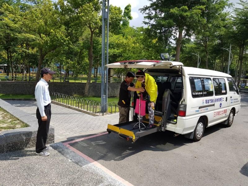 高雄市復康巴士營運將於3月底公告招標,明訂司機底薪2萬5千元起跳。(記者王榮祥翻攝)