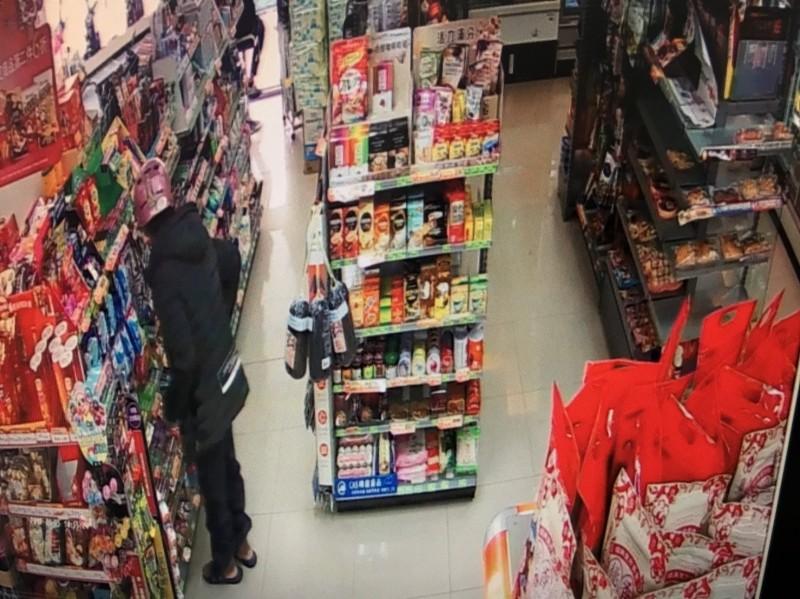 張男連續3次到超商偷同一種商品,讓店員認為被挑釁,但張男自稱是因為吃了癌症藥才會恍惚。(記者王捷翻攝)