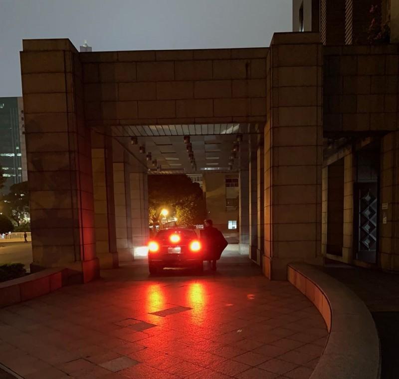 行政院副院長陳其邁的臉書粉專「陳其邁 Chen Chi-Mai」,昨貼出一張晚間10時許,開完會後準備上車離開的照片,引起網友留言蓋樓。(圖翻攝自臉書粉專「陳其邁 Chen Chi-Mai」)