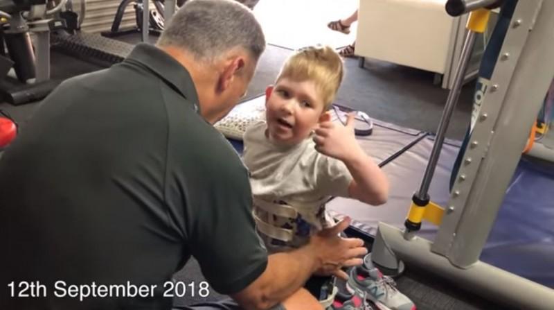 出生腦部只有正常人2%的諾亞,在遠赴澳洲接受神經物理治療後,目前6歲的他已能獨自站起來,並試著衝浪過。(圖擷取自YouTube)