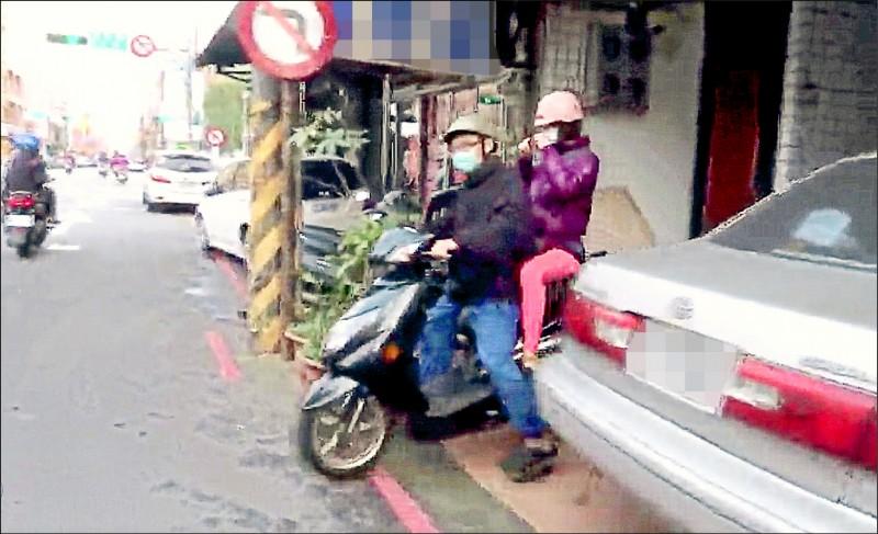 林勤人昨天下午騎機車載妻子離開診所。(記者李容萍翻攝)