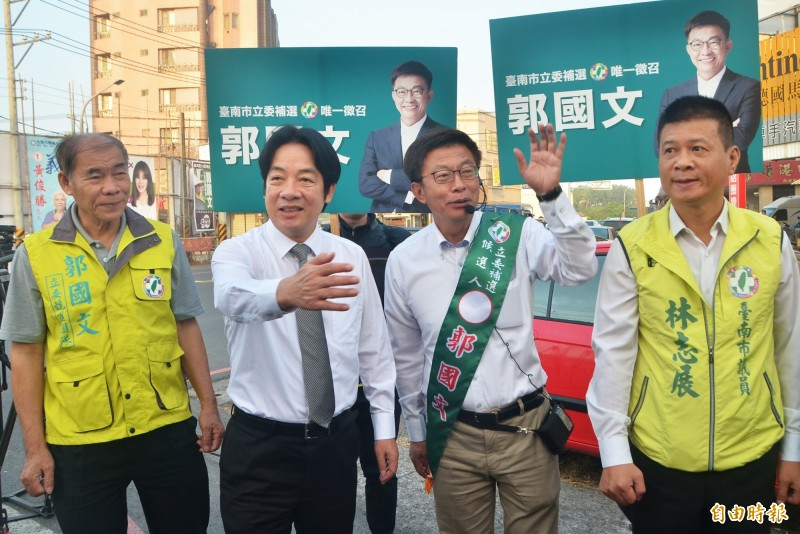 前行政院長賴清德(左二)陪同郭國文(右二)在路口拜票。(記者吳俊鋒攝)