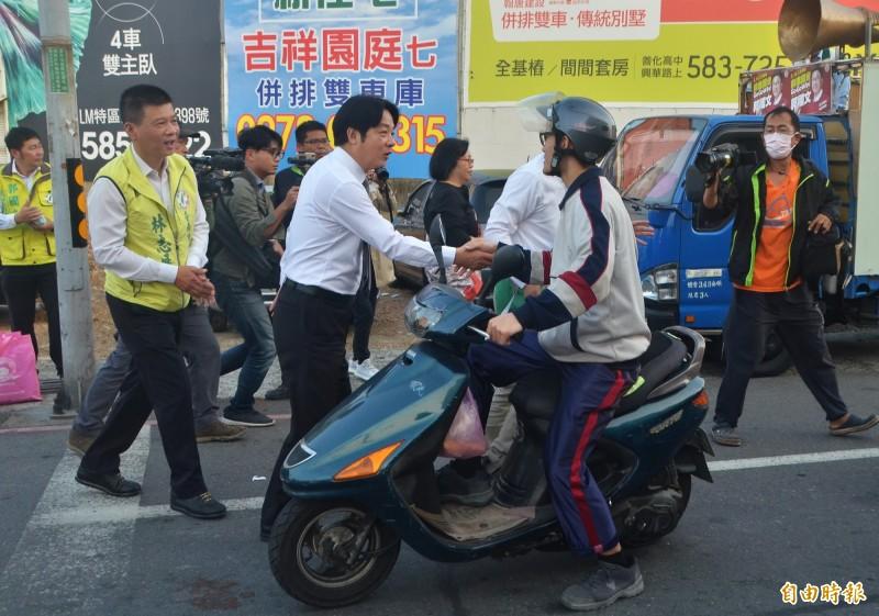 賴清德在路口幫郭國文助選,與民眾握手、致意。(記者吳俊鋒攝)