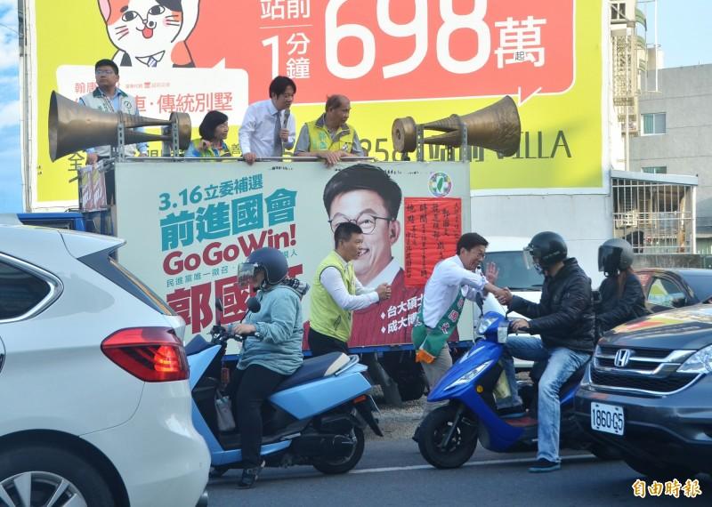 賴清德在宣傳車上賣力為郭國文助選。(記者吳俊鋒攝)