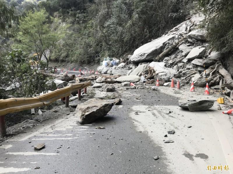 中橫華祿溪路段9天連4坍,即日起至3月1日關原至洛韶段夜間預警性封路。(公路總局提供)