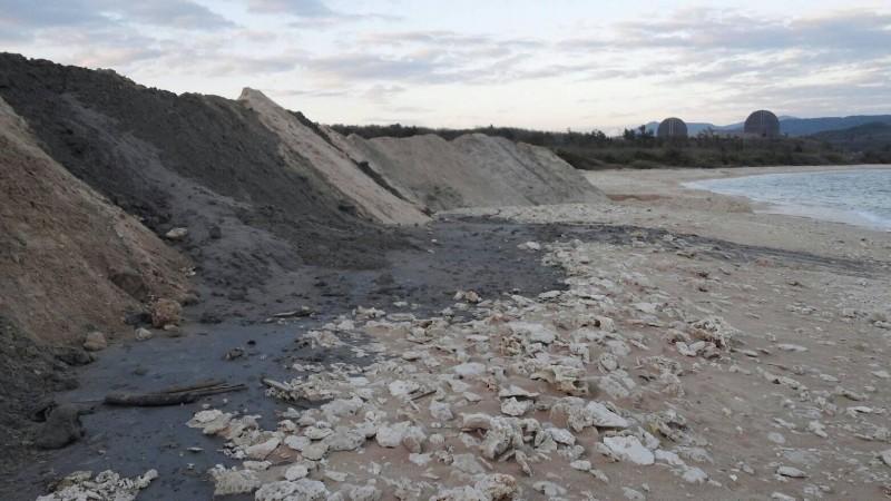 墾丁後壁湖漁港清淤,將港外堆積的底沙放置到一旁的潟湖區沙灘「養灘」引發爭議。(記者蔡宗憲翻攝)