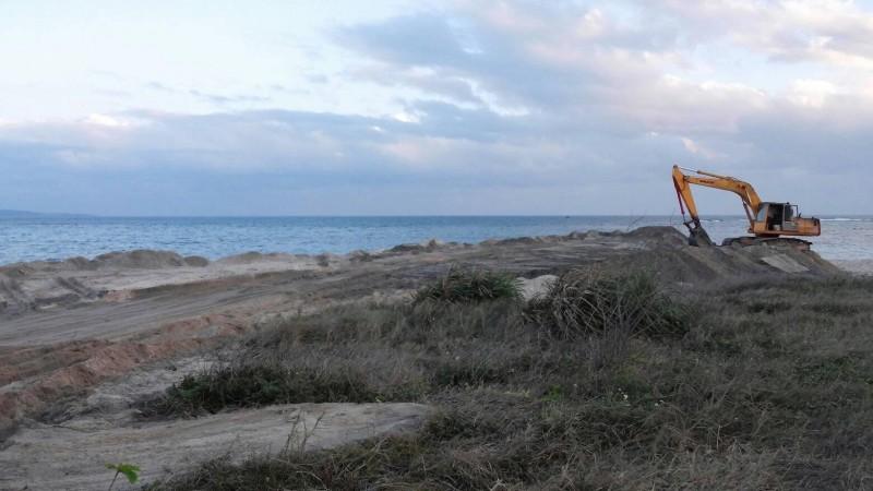 墾丁後壁湖漁港清淤「養灘」引發爭議。(記者蔡宗憲翻攝)