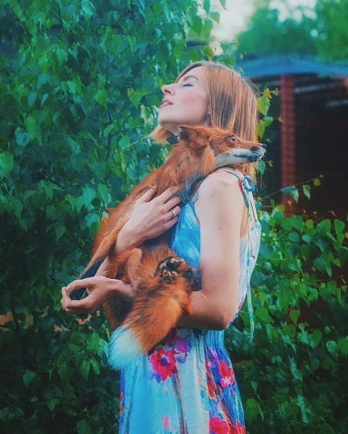 過去曾擔任婚禮攝影師的布什卡列瓦,放棄在莫斯科的工作,到鄉間開設了流浪動物之家。(圖擷取自「Danka Pu」Instagram)