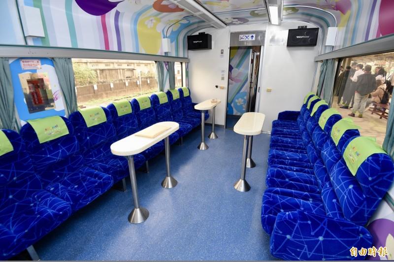 台鐵為推廣鐵道觀光,砸下7900萬升級環島之星觀光列車,卻有鐵道迷發文感嘆,「深藍座椅搭配星座線條加粉綠色頭巾,一定要這樣制式的座椅,加上頭巾才甘願嗎?」。(資料照)