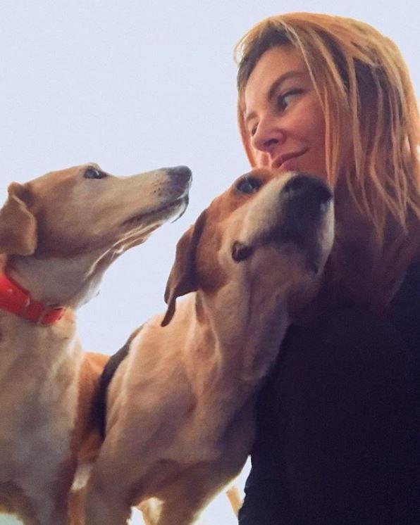 布什卡列瓦一開始是個怕狗的人,直到後來收養了1隻獨眼小狗。(圖擷取自「Danka Pu」Instagram)