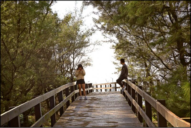 雙灣自行車道會行經《不能說的秘密》電影場景單車木棧道,許多情侶來此騎單車兼打卡上傳甜蜜美照。(記者沈昱嘉/攝影)