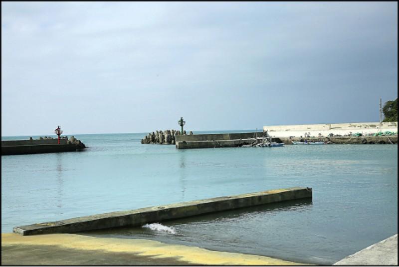 雙灣自行車道起點附近的麟山鼻漁港,風景十分雅緻,有小漁港獨特的閒適氣氛。(記者沈昱嘉/攝影)