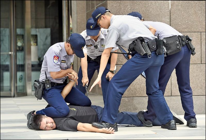 中正大學犯罪研究中心昨天發佈民眾對司法、警政滿意度的最新民調結果,對警察維護治安工作滿意度的肯定,則創下77.5%歷史新高。(資料照)