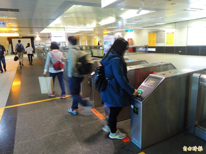 視障人士涉嫌恐嚇高捷,圖為車站運作情形。(記者黃旭磊攝)