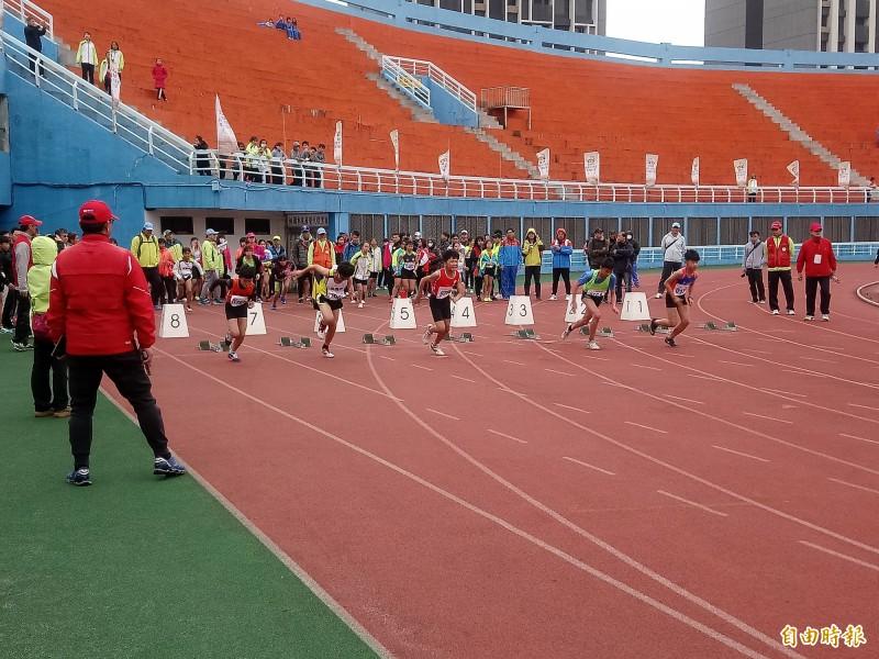 為期4天中小學校聯合運動會登場,選手莫不全力以赴爭取佳績。(記者謝武雄攝)