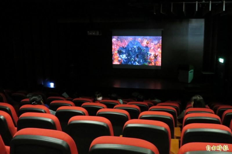南投縣政府文化局圖書館7樓電影放映廳,設備與環境不輸電影院。(記者張協昇攝)