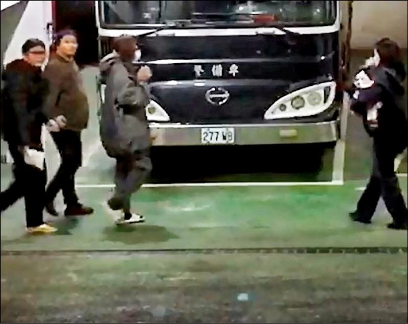檢方將李杰修(左二)聲押。(記者王冠仁翻攝)
