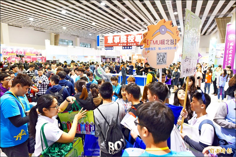 大學博覽會23日開幕,雖要補課,但仍有教師帶團參加,讓高中生了解未來想要就讀的大學科系。(記者吳柏軒攝)