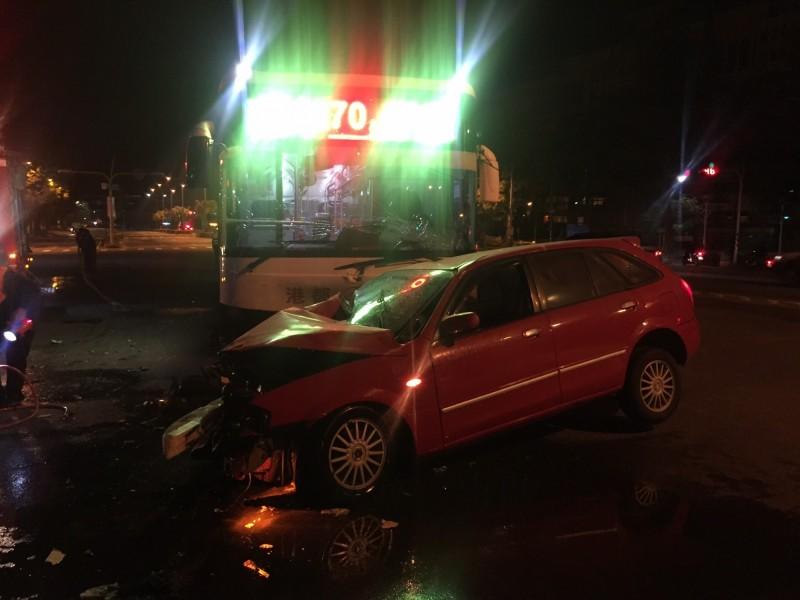 公車與轎車發生車禍。(記者洪定宏翻攝)